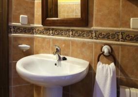 Lavabo del aseo con espejo colgado encima