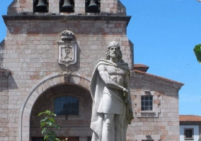 Monumento a Don Pelayo delante de la parroquia de Cangas de Onís