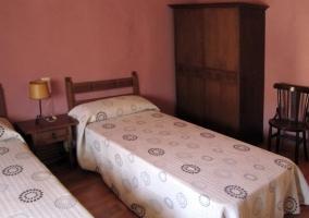 Dormitorio doble con dos cómodas camas
