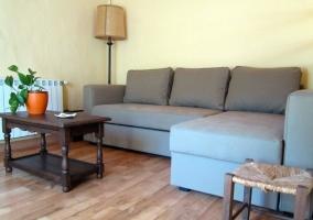Sala de estar con un chaise longue