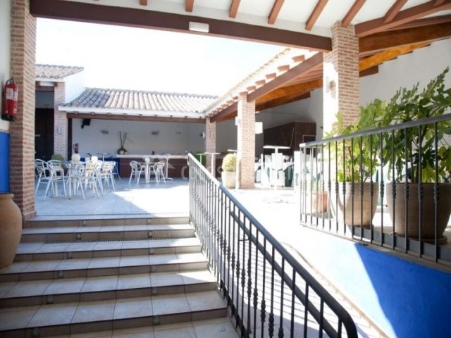 Acceso al patio con escaleras