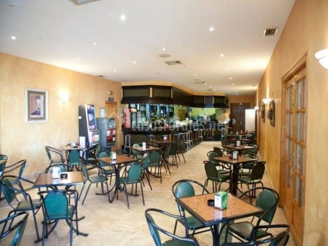 Cafetería con mesas y barra