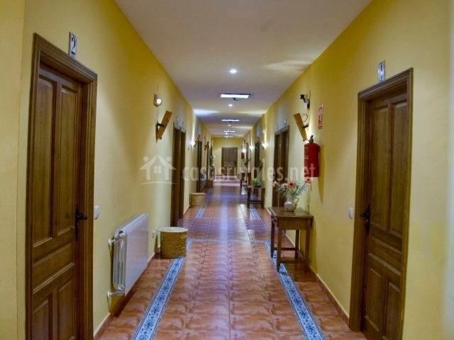 Pasillos del hotel con puertas de las habitaciones