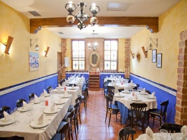 Restaurante con mesas para comer