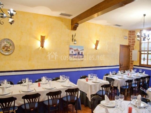 Restaurante con vigas de madera en el techo