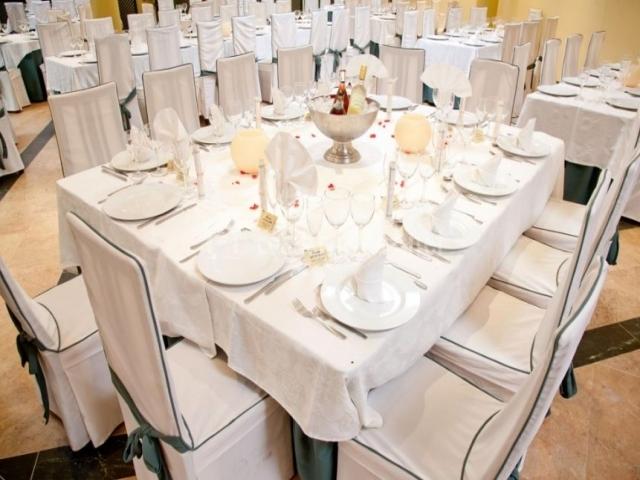 Sala de eventos con mesa puesta