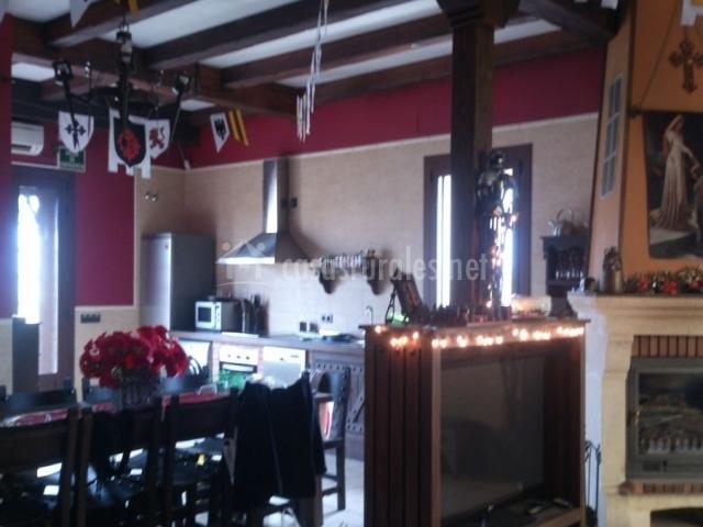 Cocina y salón comunicados con chimenea
