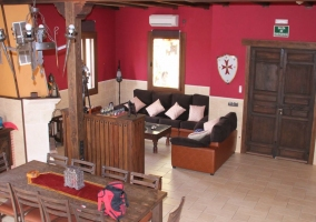 Salón comedor con mobiliario en madera