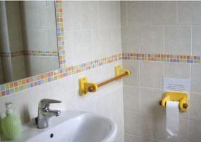 Cuarto de baño con baldosas de colore