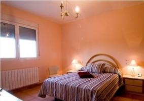 Dormitorio con cama de rayas