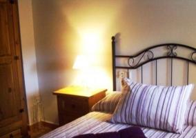 Dormitorio con cama morada