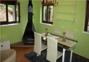 Comedor y cocina con paredes verdes