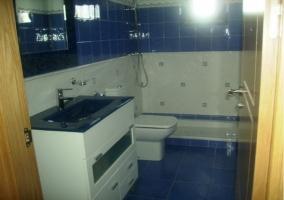 Baño moderno en blanco y azul