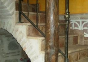Detalle escaleras de piedra y madera