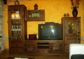 Mueble del salón en madera oscura con televisión