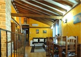 Salón-comedor con vigas de madera