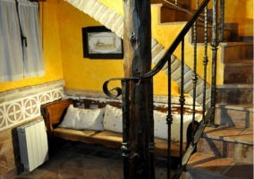 Sofá junto a escaleras