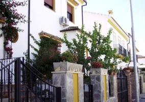 Piscina exterior con escalera y paredes de piedra