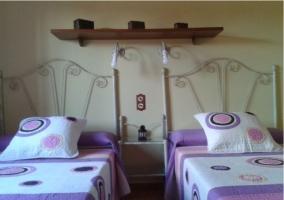 Habitación con camas separadas y cabecero