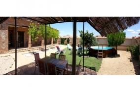 Panorámica del jardín de la casa rural