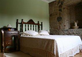 Dormitorio con dos camas juntas de la casa rural