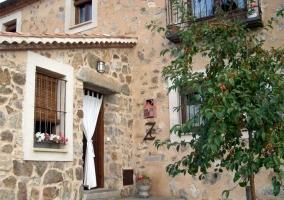 Puerta de entrada con escalones y cortina en la puerta de casa rural