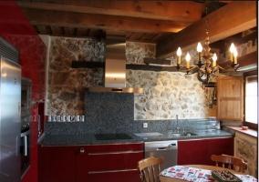 Cocina moderna con lámpara de araña de casa rural