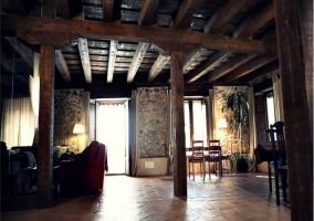 Techos altos de madera en salón amplio y luminoso de casa rural