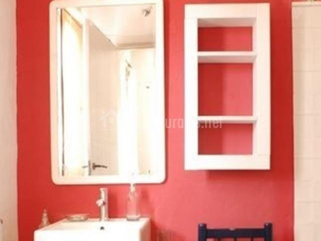 Aseo con pared roja