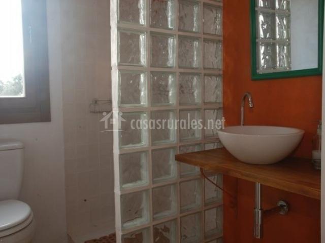 Aseo de dormitorio con paredes naranjas