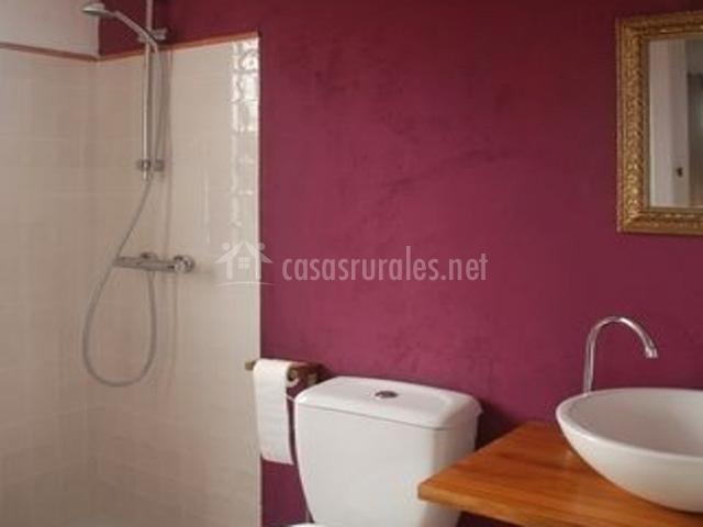 Aseo de dormitorio morado con ducha abierta