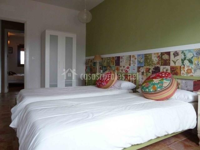 Dormitorio con cojines redondos en las camas
