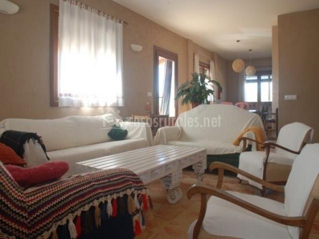 Sala de estar con sillones grandes y butacas