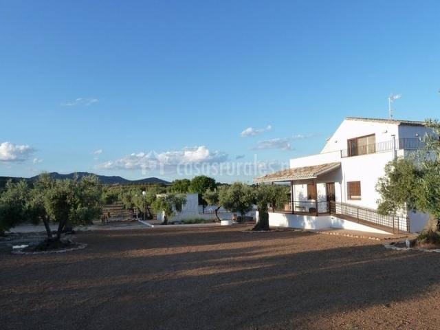 Vista exterior del patio con tierra y del edificio