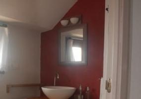 Aseo abuhardillado con pared roja