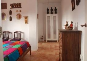 Dormitorio amplio con armario blanco y dos camas