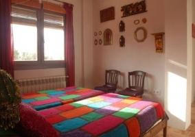 Dormitorio con colchas de colores en las camas