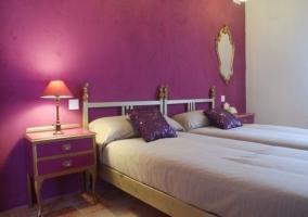Dormitorio con pared morada