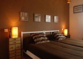 Dormitorio con paredes marrones