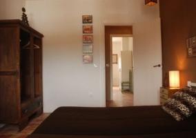 Dormitorio doble con armario abierto