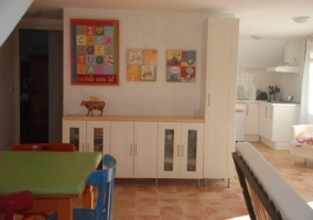 Mueble blanco grande y cocina al fondo