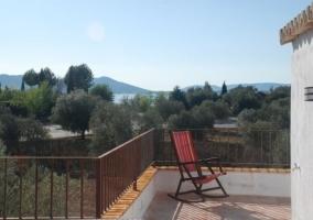 Silla en la terraza y vistas del paisaje