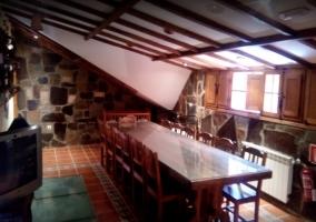 Mesa de madera en salón abuhardillado