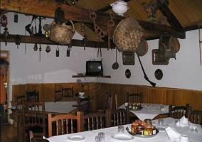 Mesas de madera frente al televisor