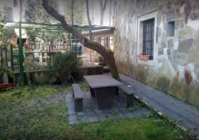 Mesas de piedra en el jardín