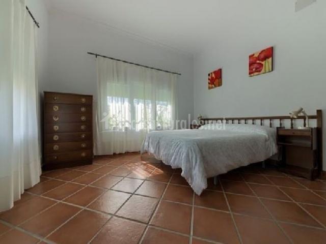 Dormitorio de matrimonio amplio en blanco