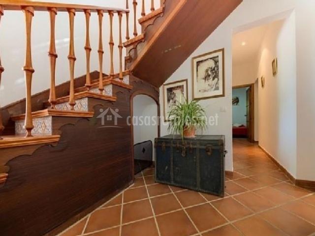 Entrada de la casa con escaleras de madera