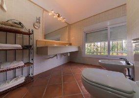 Aseo de la casa con espejo y toallas
