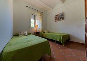 Dormitorio doble con colchas en verde