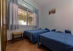Dormitorio doble con detalles en color azul